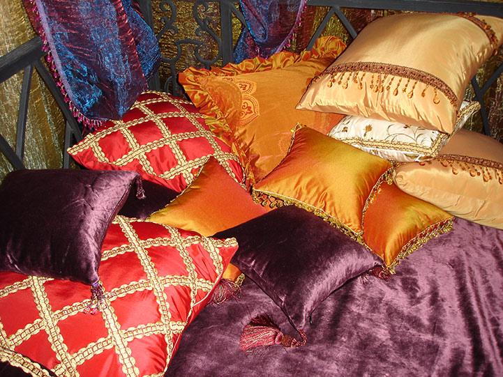 Комната в восточном стиле. Подушки.